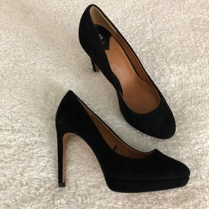 Perfect black pumps
